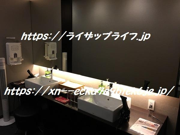 ライザップ天神店のロッカールームの洗面台